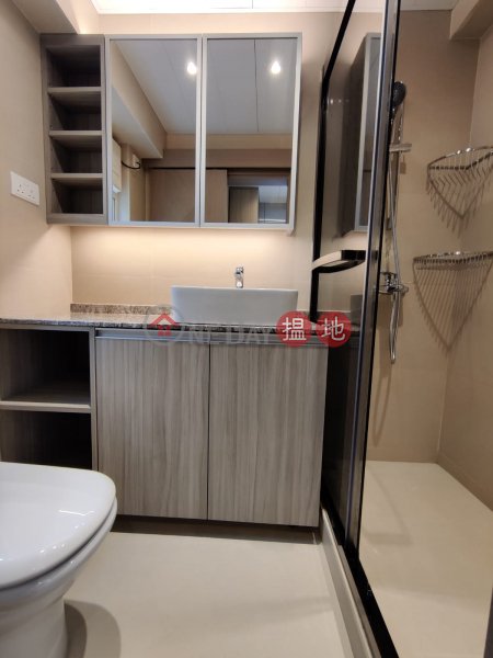 HK$ 23,800/ month Peace Tower, Western District **Highly Recommended**Newly Renovated, Bright w/lot of windows, Close to Escalator/Supermarkets,a few mins walk to Central/SOHO