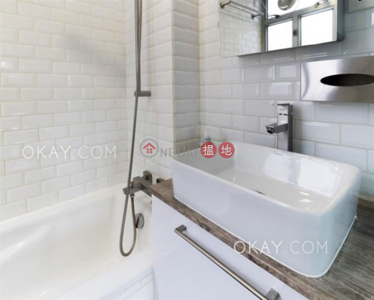HK$ 26,000/ month Lily Court, Wan Chai District Lovely 1 bed on high floor with harbour views & rooftop | Rental