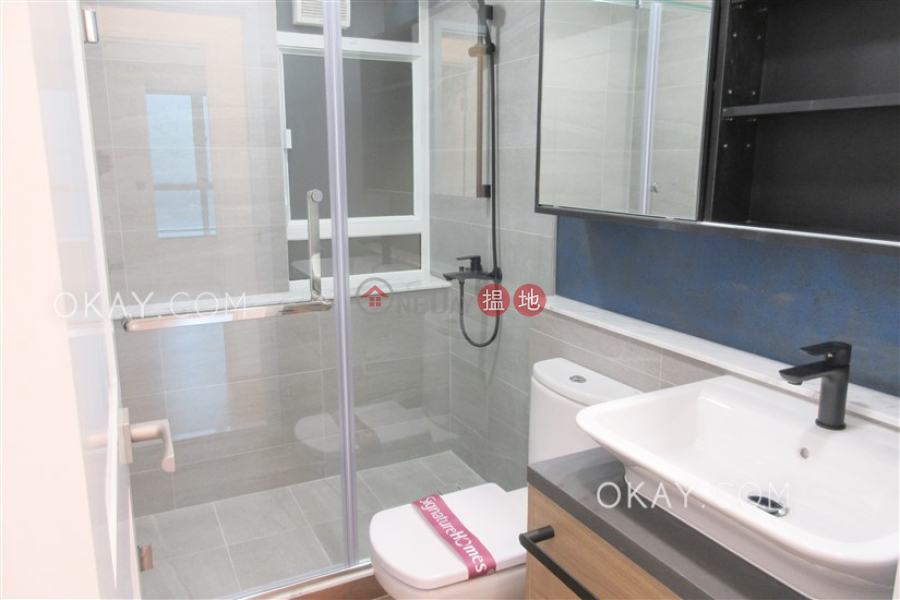 Rare 2 bedroom with parking | Rental, Hillsborough Court 曉峰閣 Rental Listings | Central District (OKAY-R9634)