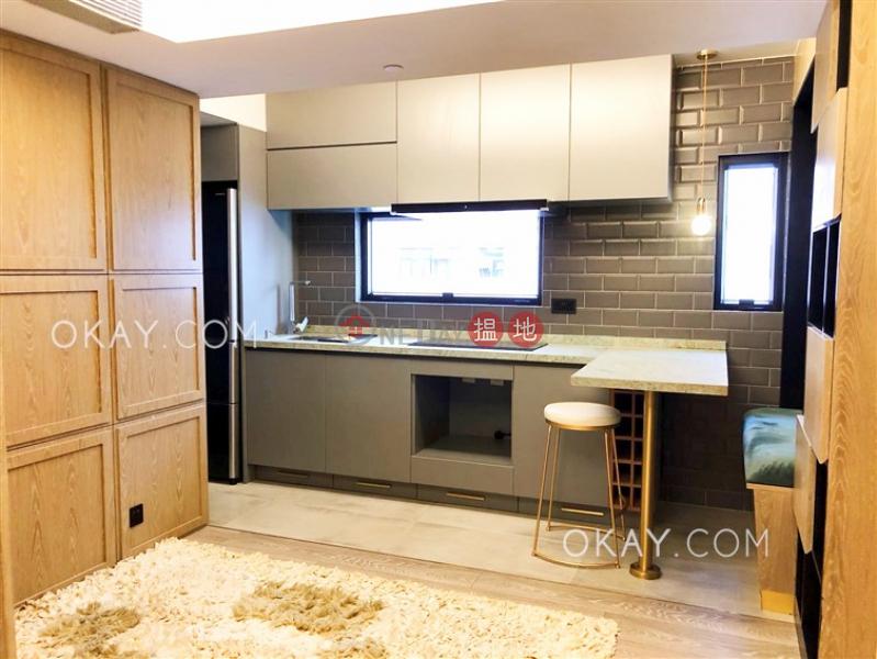 Generous 2 bedroom in Sheung Wan | For Sale | Winfull Commercial Building 永富商業大廈 Sales Listings