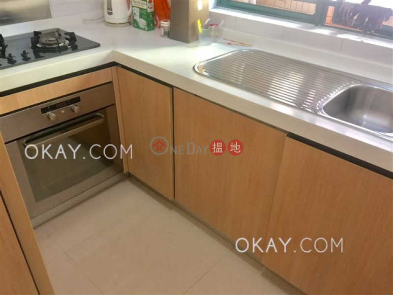Stylish 2 bedroom with parking | Rental, Hillsborough Court 曉峰閣 Rental Listings | Central District (OKAY-R18782)